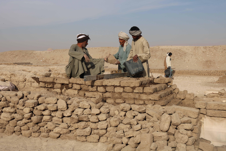 Workman laying brick w wall kings bedroomjpg